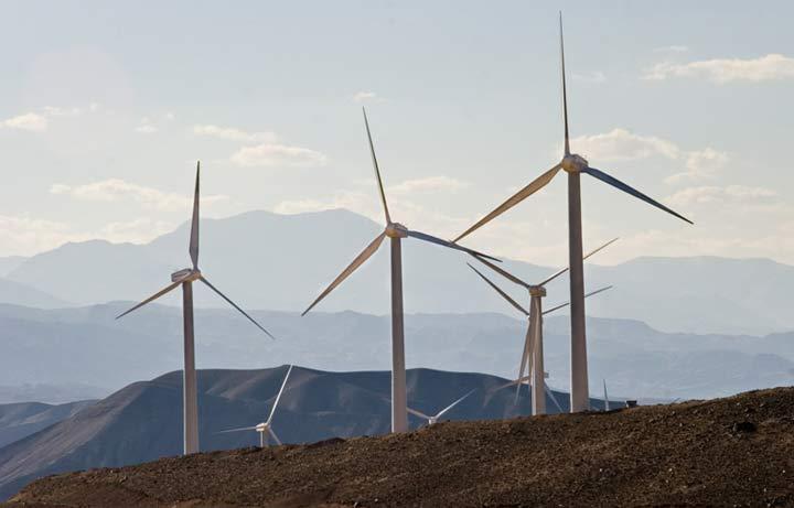 یکی از بهترین نیروگاههای بادی ایران در منطقه بادخیز منجیل در استان گیلان ساخته شده که به سبب بادهای تند موسوم به «هفت باد منجیل» مشهور است