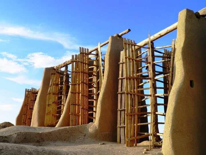نمونهای از آسیابهای بادی قدیمی روستای نشتیفان، شهرستان خواف در استان خراسان رضوی. این آسیابهای بادی که با نام «آسبادهای نشتیفان» شناخته میشوند، در سال ۲۰۰۲ در فهرست فهرست میراث جهانی یونسکو ثبت شد